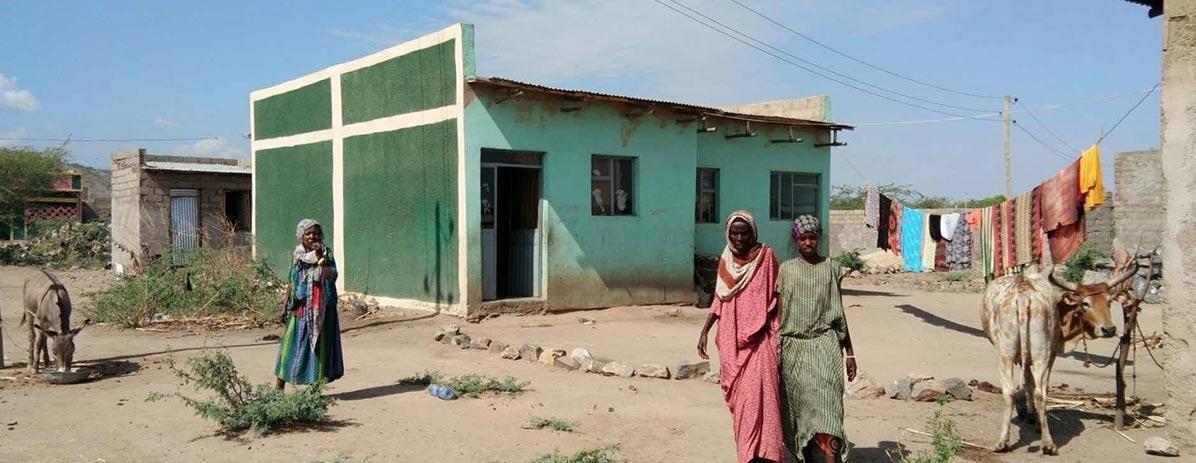 Строить дома для местных
